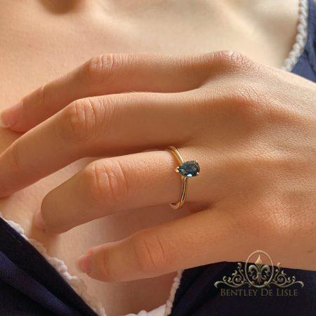 Teal-sapphire-single-stone-engagemnet-ring-bentley-de-lisle